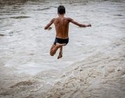 Chi nuota in acque libere è a rischio di infezioni da batteri mangia-carne?